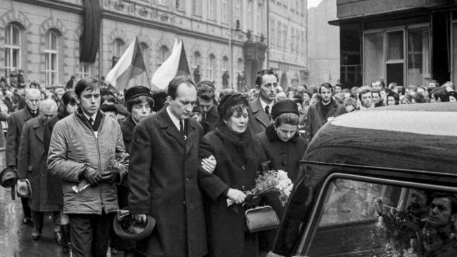 Брат Їржі разом з мамою Лібушею Палаховою на похороні