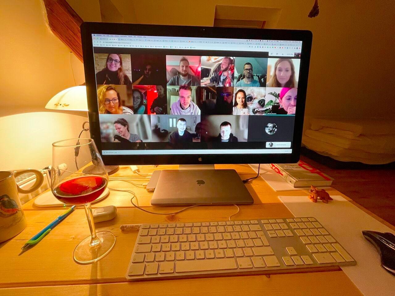 Obsah obrázku interiér, stůl, počítač, přenosný počítač  Popis byl vytvořen automaticky