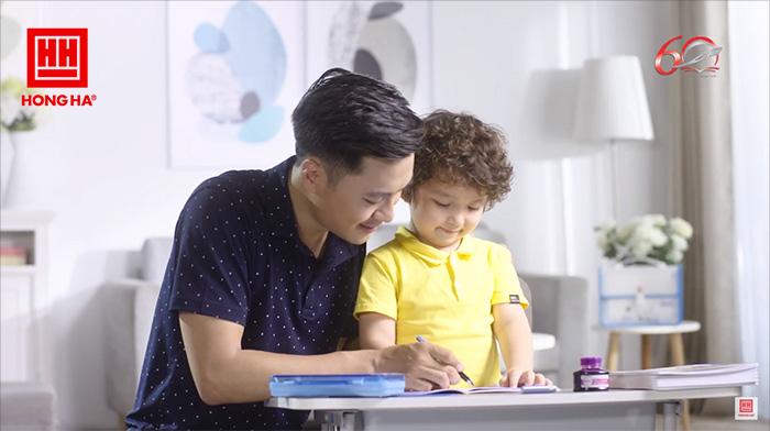 Cha mẹ nên theo dõi quá trình học cầm bút của bé và điều chỉnh kịp thời khi bé cầm sai