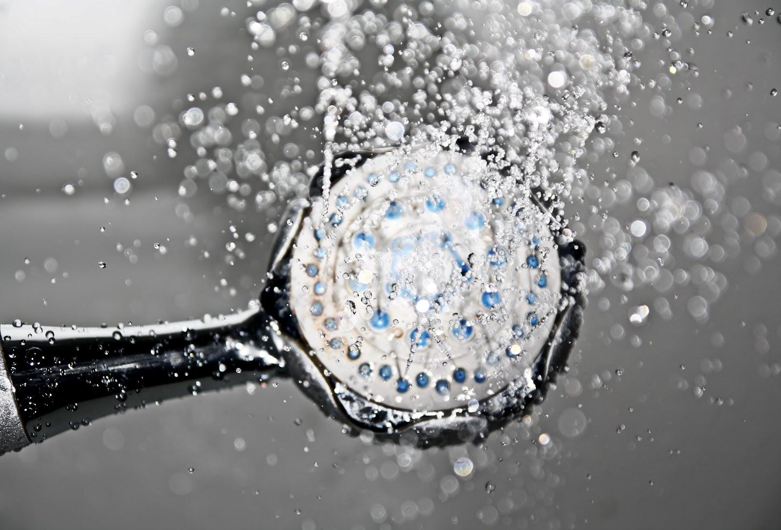 Um chuveiro saindo água.
