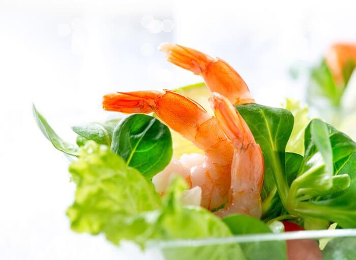 早餐吃沙拉,清爽又健康,而且只要5分鐘!首先將去殼的白蝦仁快速汆燙後放入冷開水稍微浸泡讓肉質緊實,煮的期間把生菜洗一洗、沙拉醬準備好,然後...<br><br>沒有然後,因為這樣就可以開動啦。