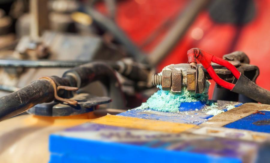 Corrosion électrochimique sur une borne de batterie