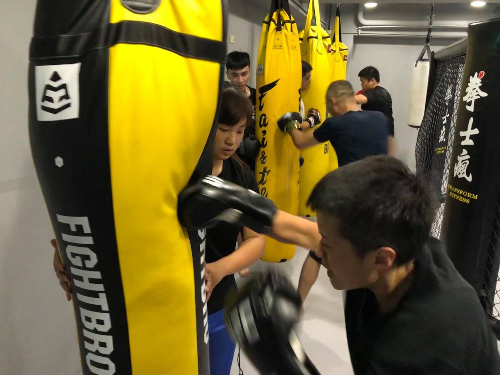 台中西屯區的拳士瘋拳擊健身房,超多沙包讓你一次打過癮,盡情發洩。