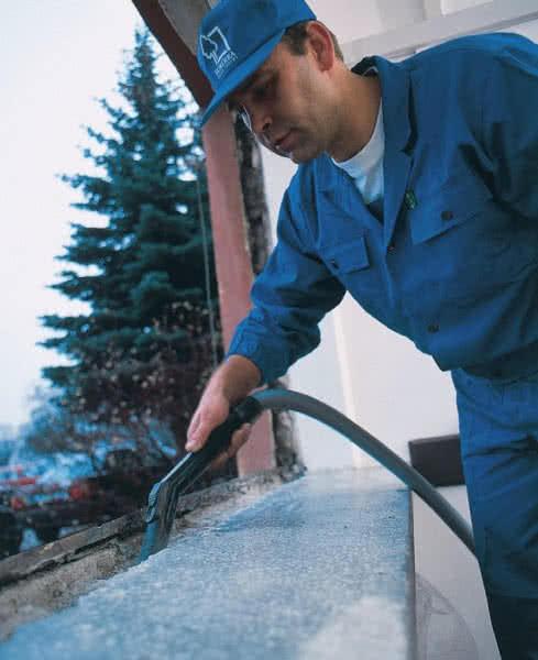 Перед установкой окна необходимо тщательно очистить откос.