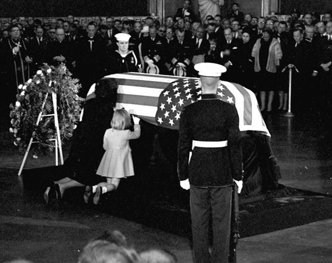 hu nhân Jacqueline và con gái Caroline quỳ bên quan tài đặt thi thể ông Kennedy.