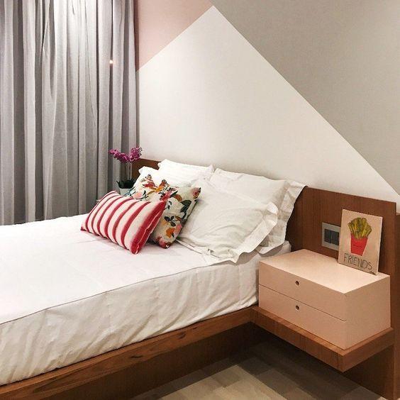 Neste quarto com uma decoração mais simples, a pintura geométrica na parede principal do quarto, destacou o ambiente.