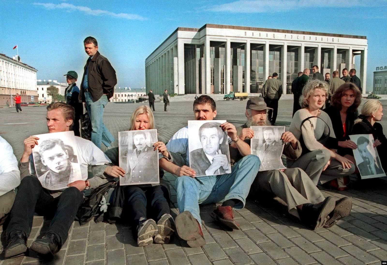 Участники белорусских оппозиционных движений на центральной площади Минска с портретами пропавших противников президента Александра Лукашенко. 4 сентября 2001 года. Фото: EPA