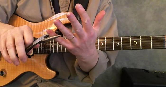 ban-tay-nho-co-choi-guitar-duoc-khong 1