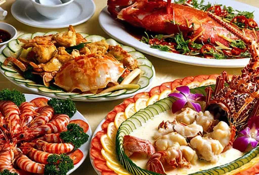 Bạn không thể bỏ qua cơ hội thưởng thức món ăn hải sản tươi ngon tại Hạ Long