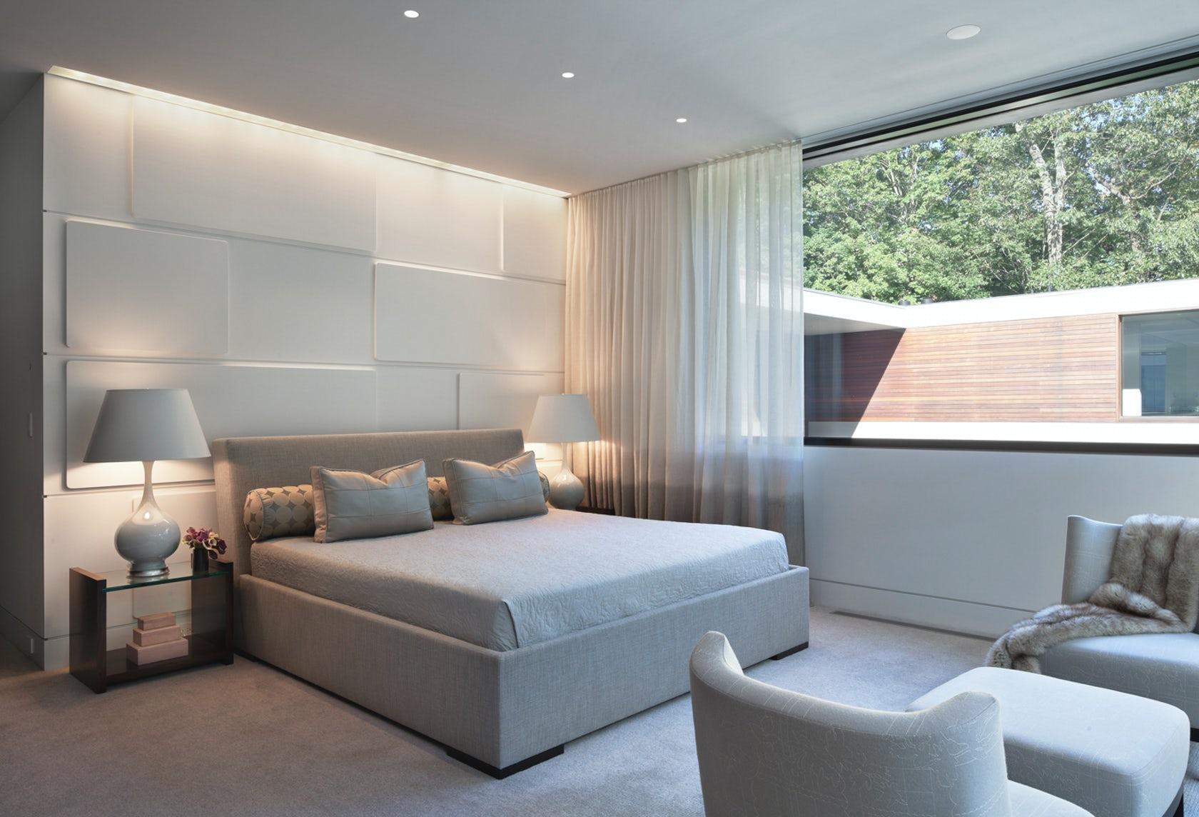 Phòng ngủ tràn ngập ánh sáng và bộ bàn ghế tiếp khách
