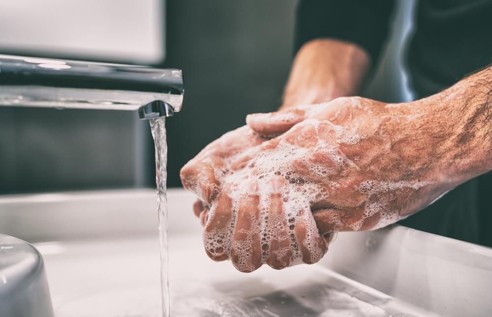 Karyawan harus selalu mencuci tangan, sebelum dan setelah melakukan pelayanan