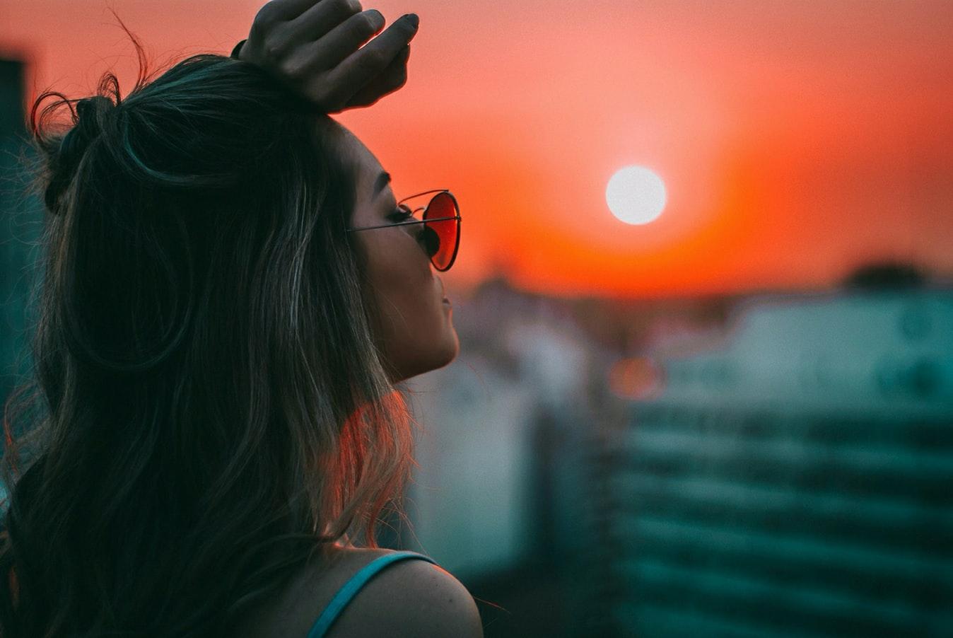 先放下情緒再處理,女孩看著夕陽
