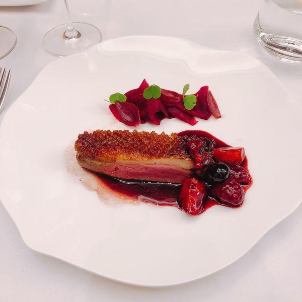 THOMAS.簡 法式餐廳 餐點:煎烤鴨胸、野莓醬汁