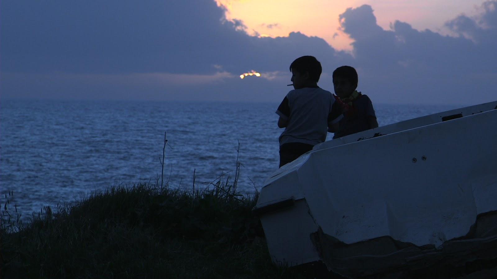 [사진2. 영화 <망명>의 스틸컷. 두 아이가 바다를 바라보는 뒷모습.]