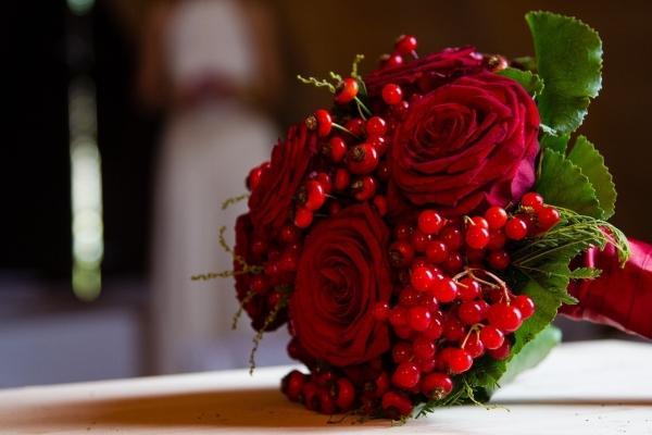 Красный букет с ягодами