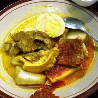 Lontong Cap Gomeh di Rumah Makan 17 Agustus di Sumenep, Sabtu, (5/3). sejumlah menu masakan di rumah makan tersebut merupakan menu makanan peranakan dengan resep dari turun temurun.
