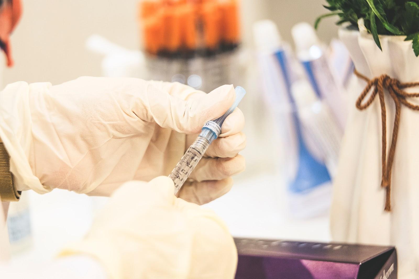O cronograma de vacinação, mesmo dos grupos prioritários, está sujeito à disponibilidade de doses e orientação do PNO. (Fonte: Unsplash)