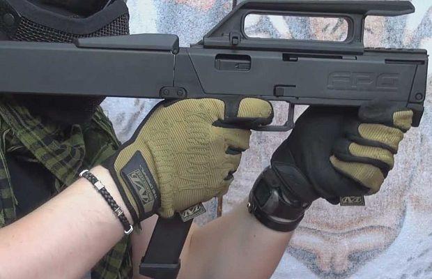 Magpul FMG-9— пистолет-пулемет, который складывается впрямоугольный блок размером сбатарею ноутбука. Сделан побольшей части излегких полимеров, анеметалла.