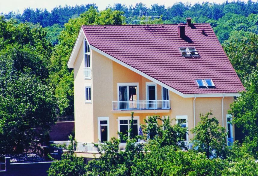 Mái nhà không cân đối khiến ánh sáng phân tán không đều