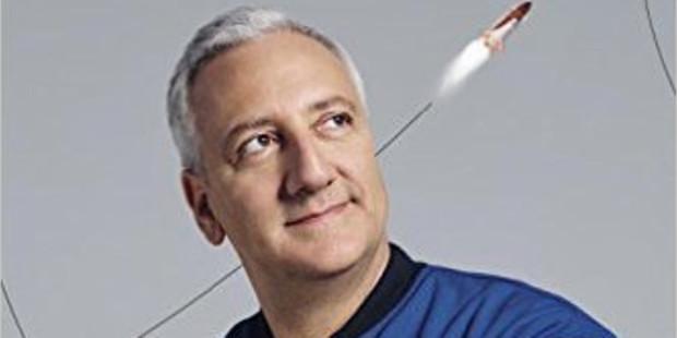Phi hành gia NASA Mike Massimino theo đuổi những giấc mơ khó thực hiện và nhìn thấy vẻ tuyệt mỹ thượng giới xung quanh chúng ta
