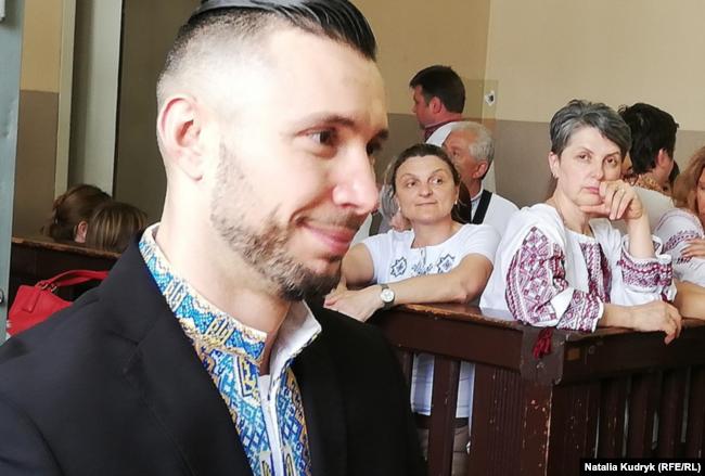 У судовій залі Віталій Марків (на передньому плані), на нього дивиться мати Оксана Максимчук, 21 червня 2019 року, Павія