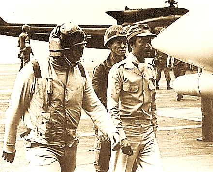 Ngô Quang Trưởng và Nguyễn Cao Kỳ khi chạy ra tàu sân bay Mỹ vào ngày 29/4/1975