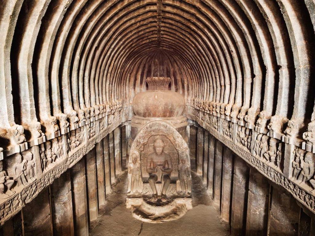 Ngôi đền Meenakshi ở Tamil Nadu, phía nam Ấn Độ rực rỡ sắc màu, vươn lên nền trời xanh thẳm.