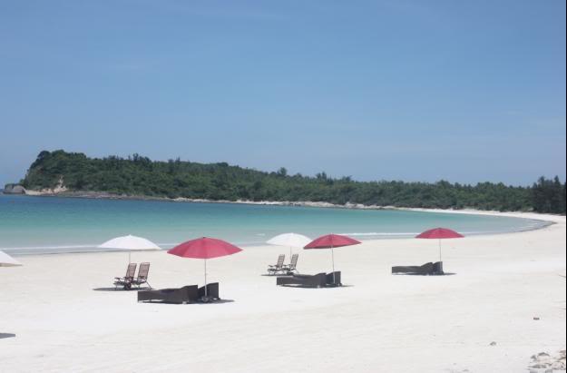 Tắm trên bãi biển Minh Châu và nghỉ ngơi hotel cao cấp
