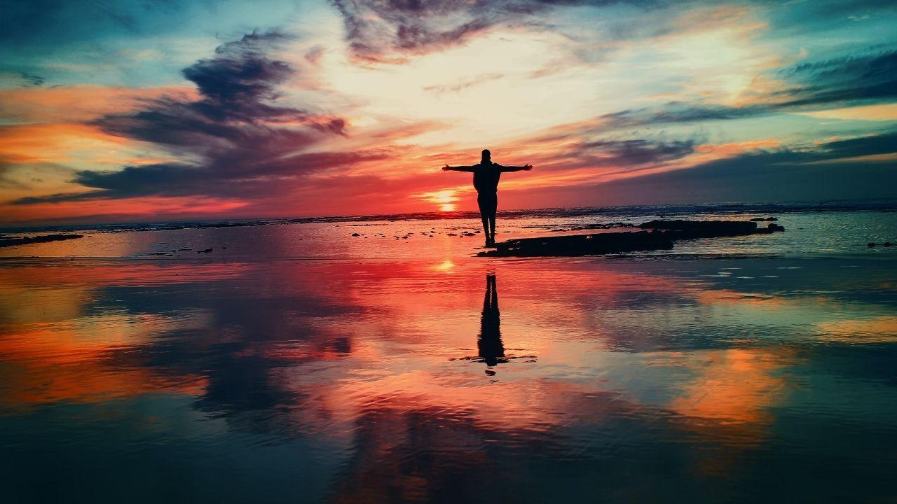 Pratiquer la loi de l'attraction au milieu de l'eau avec un ciel nuageux et coloré