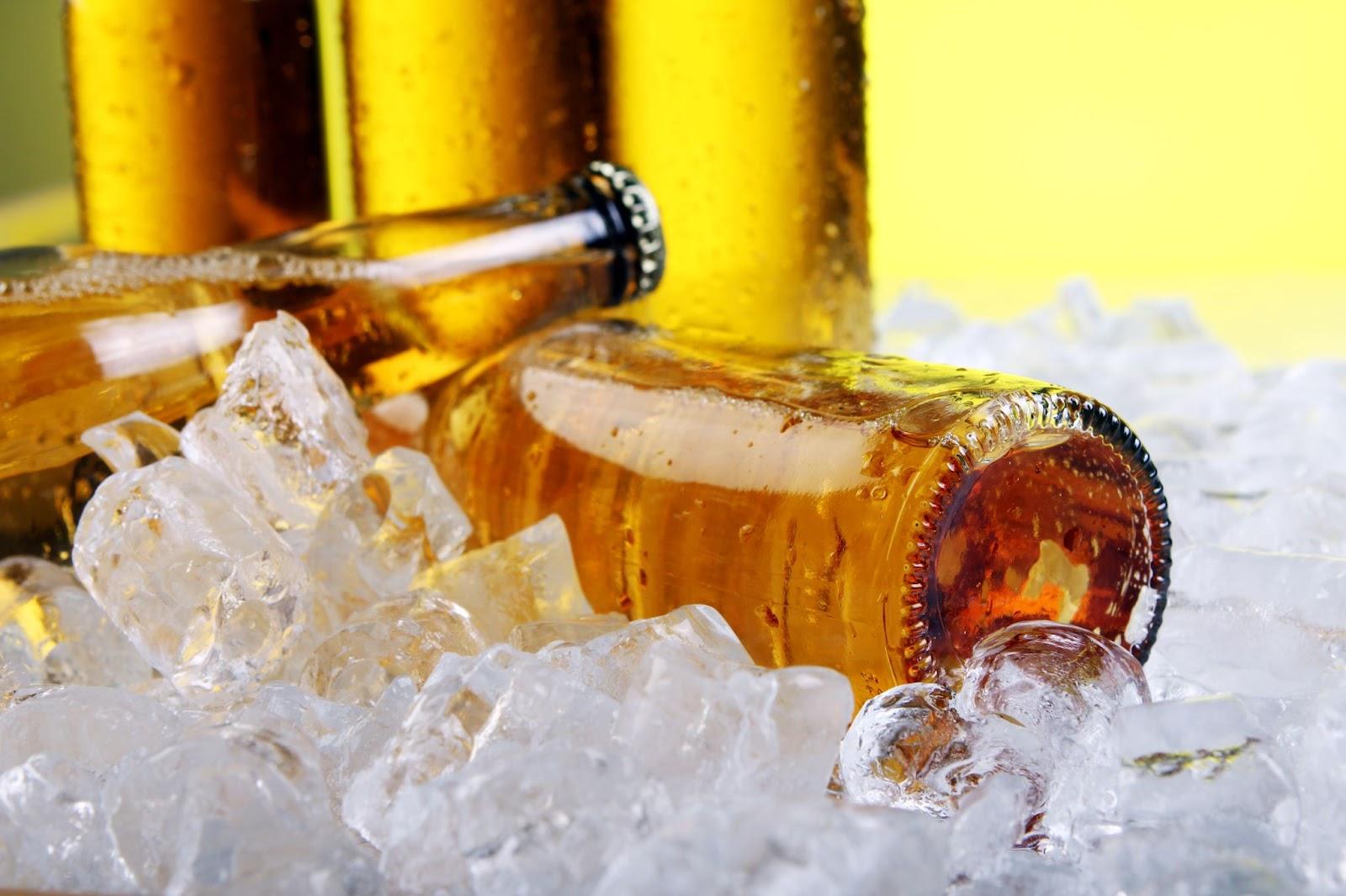 Imagem de garrafas de cerveja no gelo para ensinar como gelar cerveja rápido