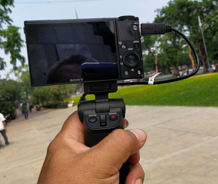 Shooting grip memiliki tombol shutter, zoom dan rec yang mudah dioperasikan dengan jempol kamu. Foto:Dicky