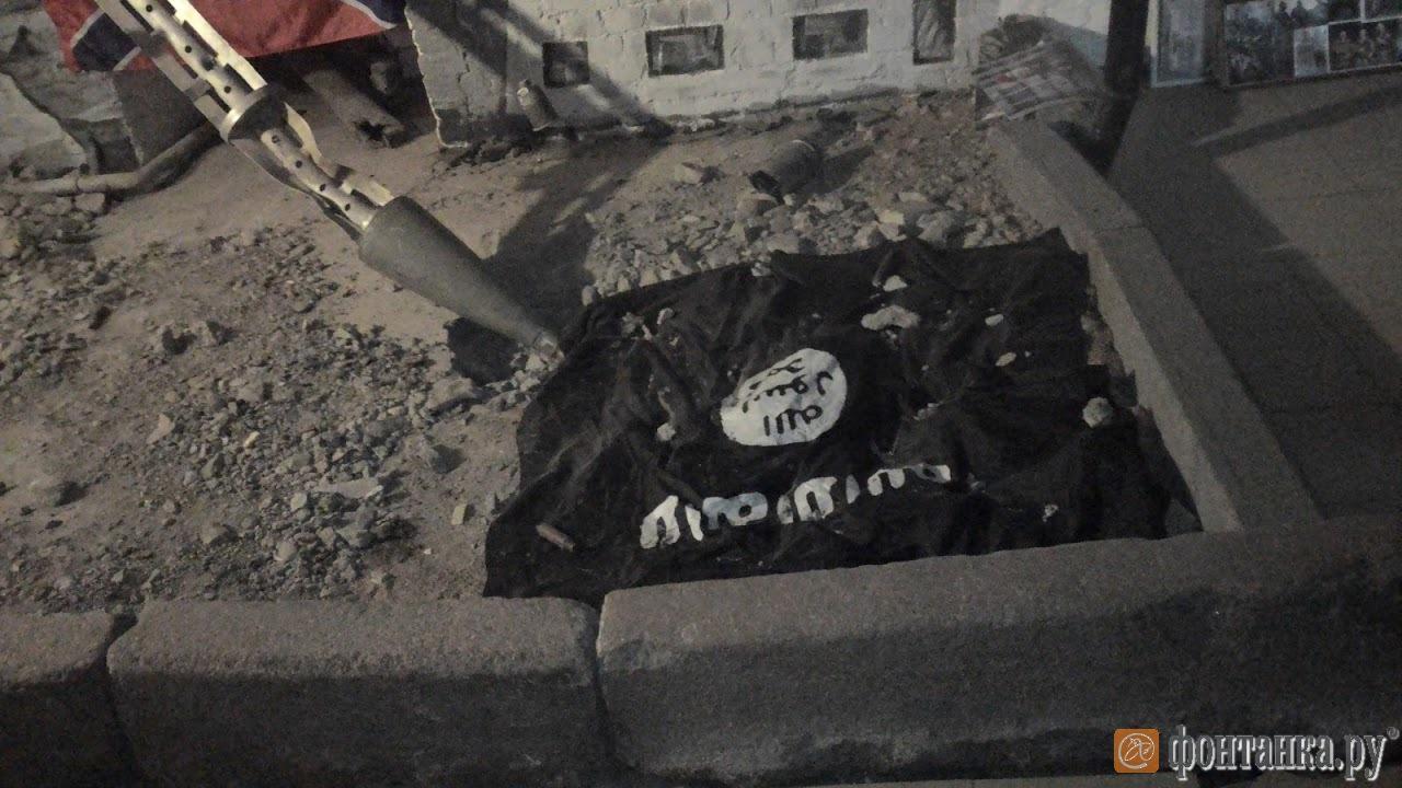 флаг запрещенного в России ИГИЛ в музее Новороссии в Петербурге