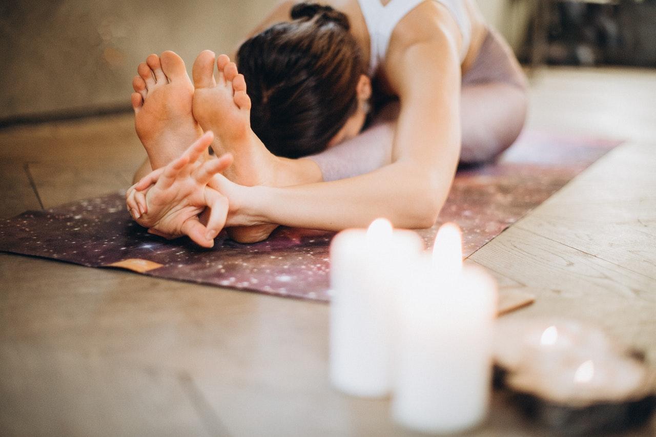 伸脚のポーズ 女性