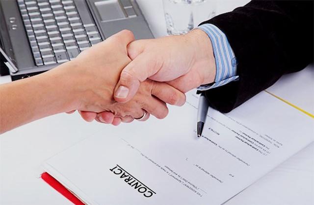 Các bạn nên xem kỹ hợp đồng của Dịch vụ Marketing Online trước khi ký kết