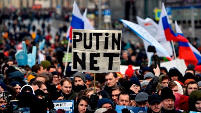 """Принятие российскими законодателями закона о """"суверенном интернете"""" в марте вызвало протесты на улицах Москвы"""