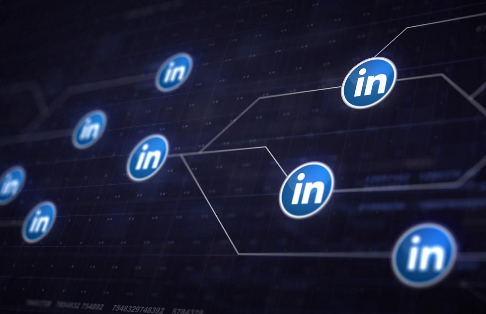 Embora seja uma rede mais segmentada, o Linkedin pode ser incluído na sua estratégia de links patrocinados se o seu público-alvo também estiver lá (Foto: FreePik)