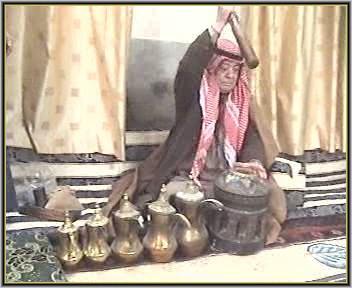 صورة ( 14 ) طحن البن في المهباج وطقم الدلال بمنزول روضان السعود