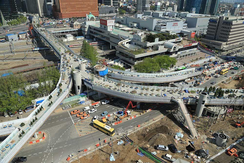 2017年,首爾委託荷蘭MVRDV建築事務所進行設計。將原本跨越鐵路兩端的「高架公路」透過簡易不鋪張的景觀、建築設計改造,成為適宜人行的步行空間,活化車站區域,同時串連地鐵站、不同的酒店與商場。圖片來源:https://ko.wikipedia.or