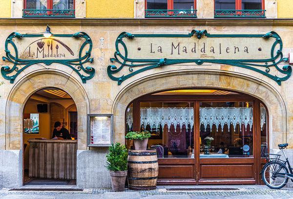 2 - Ładnie udekorowana fasada La Maddalena...