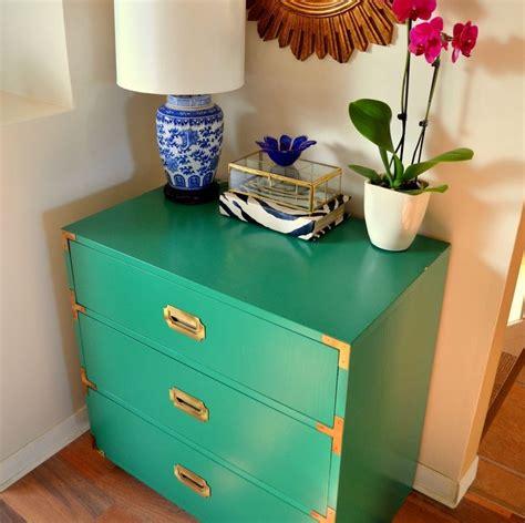 Image d'un meuble repeint en bleu avec des bordures repeintes en doré.