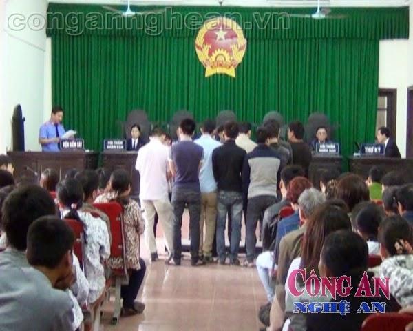Phiên tòa xét xử 10 bị cáo về hành vi