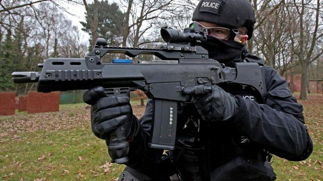 В ходе тренировки инструктор стреляет холостыми, чтобы смоделировать возможную чрезвычайную ситуацию