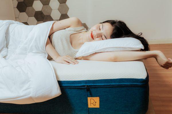 Ruột gối nằm nâng đỡ tốt giúp bạn không bị đau cổ.