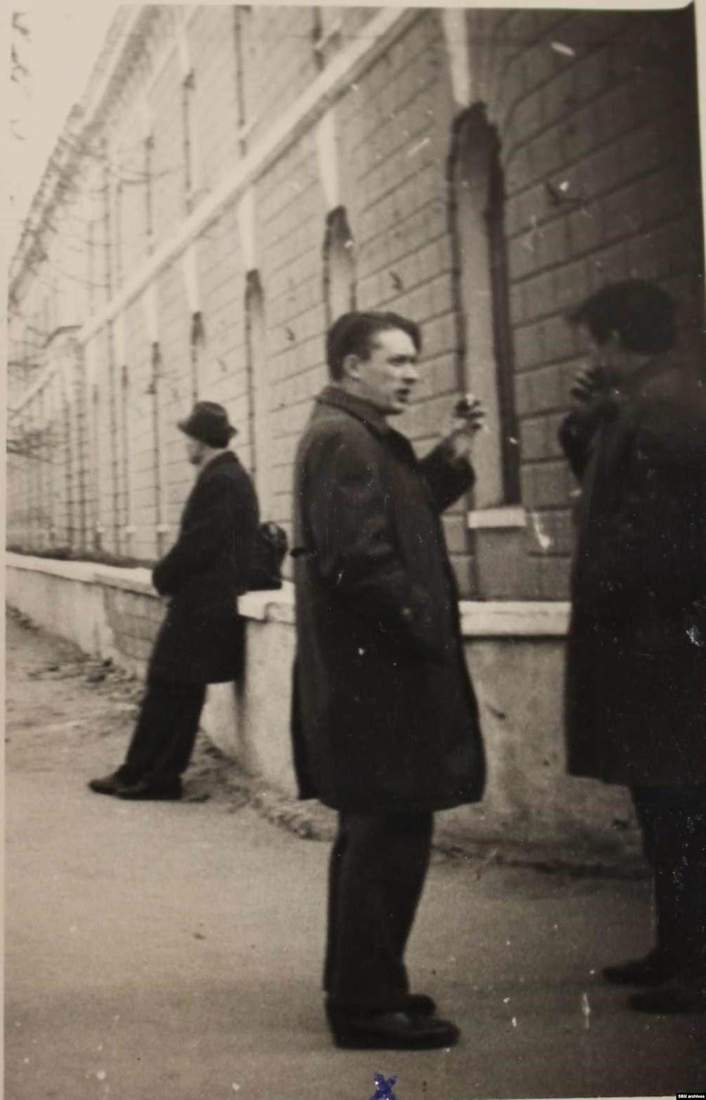 Пушкарь с коллегой возле проходной «Арсенала-2». Фото КГБ, сделанное скрытой камерой. Из оперативного дела