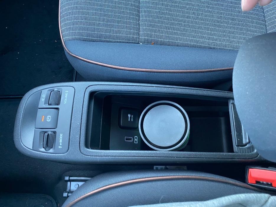 Et bilde som inneholder transport, bilsete, girkasse, kontrollpanel  Automatisk generert beskrivelse