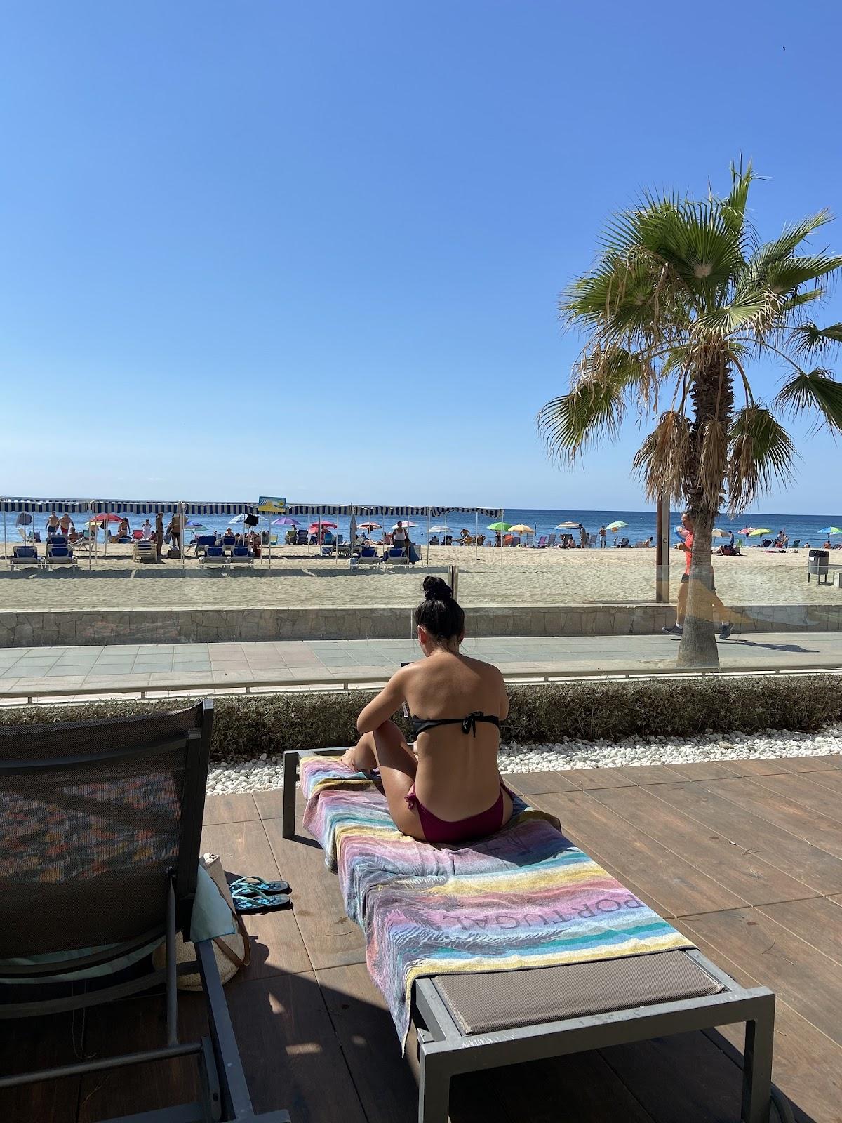 Mi hermana en la hamaca vuelta y vuelta, delante el mar, detrás la piscina