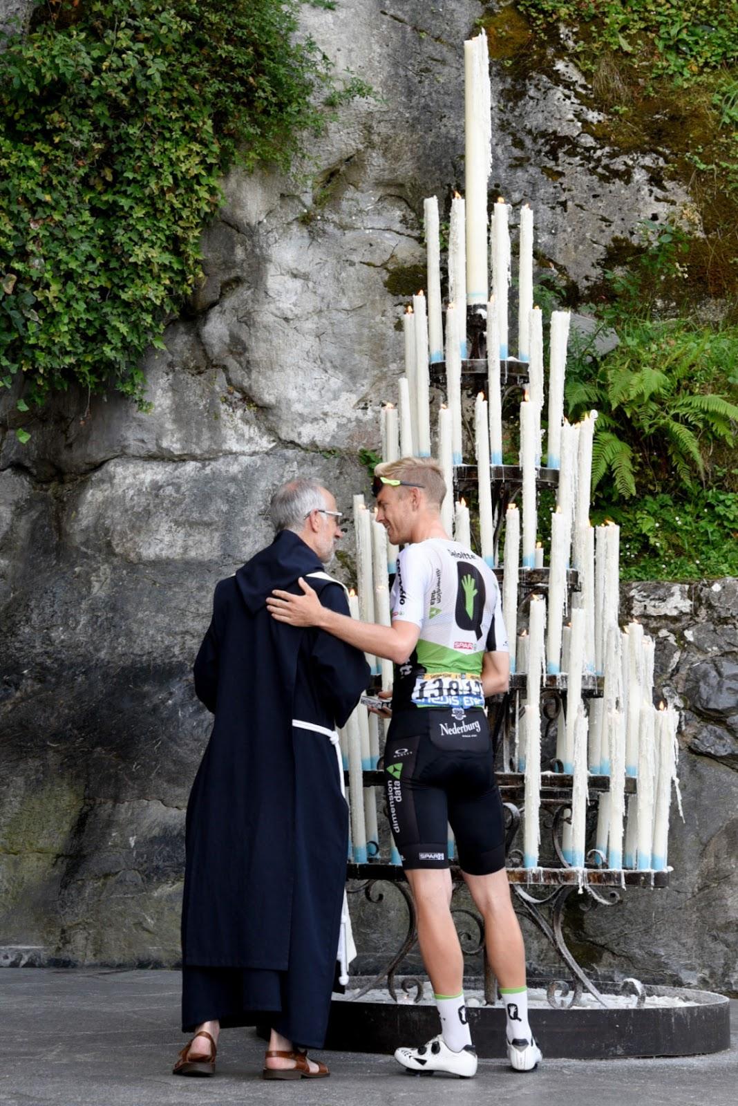 Các tay đua Tour de France dừng chân cầu nguyện tại đền thờ Lộ đức