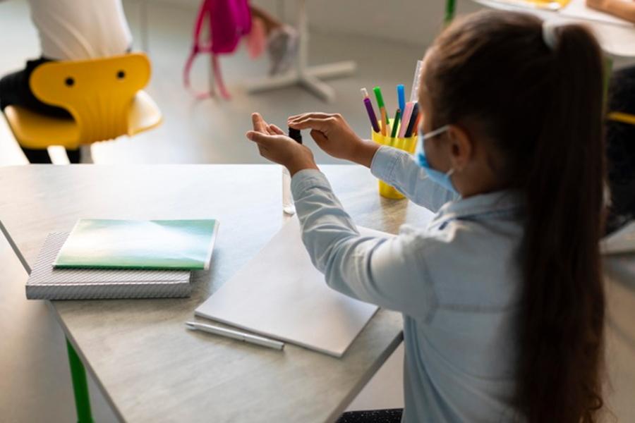 A un año de iniciar el confinamiento, docentes y familias han pensado en la posibilidad de reabrir las aulas mediante un modelo educativo en formato híbrido