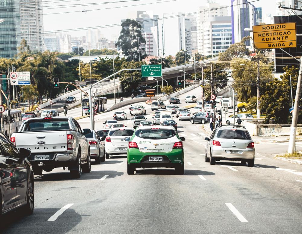 Acompanhando a tendência, o uso de automóveis particulares e táxis diminuiu, enquanto aplicativos de transporte registraram aumento. (Fonte: Shutterstock)