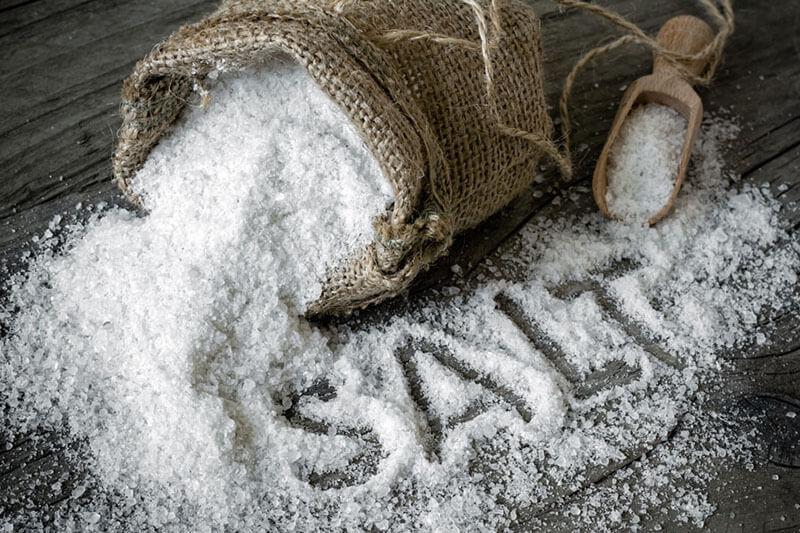 Dùng muối là cách hóa giải vận đen đơn giản nhưng công hiệu